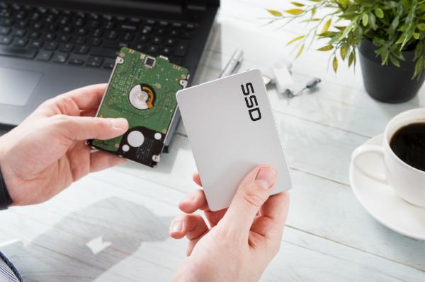 Mann tauscht Festplattenlaufwerk gegen eine moderne SSD