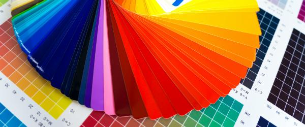 Bunter Farbfaecher fuer Digitaldruck auf CMYK-Farbkarte